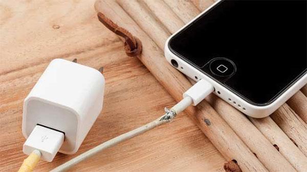 Cáp sạc không chính hãng không đảm bảo về năng lượng cung cấp cho iPhone
