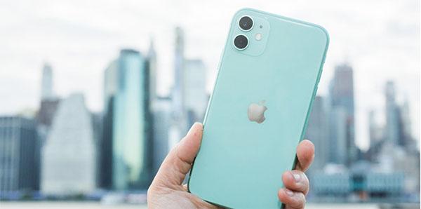iPhone 11 với cụm camera kép đặt trong khung vuông sang trọng