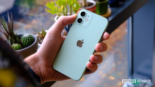 iPhone 12 mini phiên bản nhỏ nhất được trang bị chip A14 Bionic, kết hợp RAM 4GB